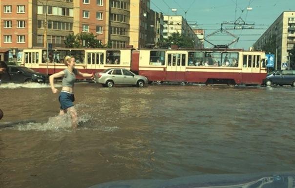 Перекресток проспекта Луначарского и улицы Есенина затопило по колено