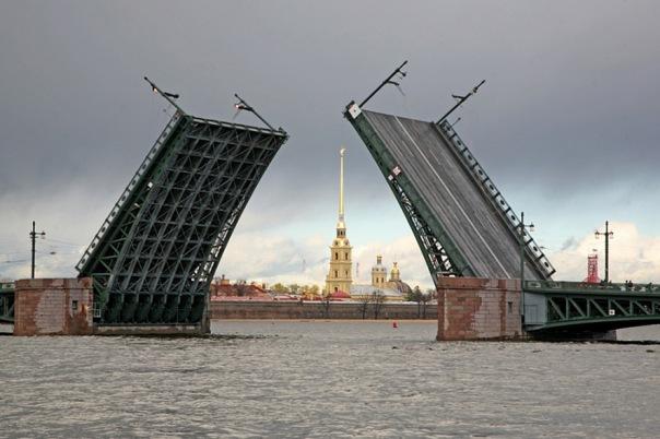 Дворцовый мост разведут днем 31 июля в честь Дня ВМФ