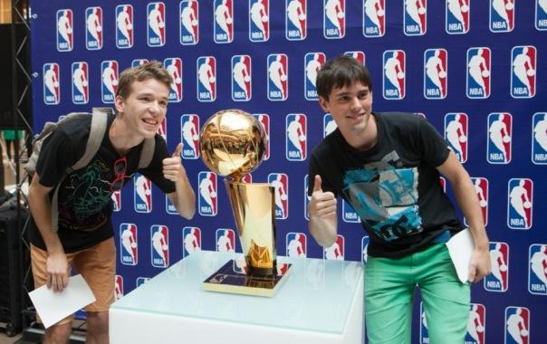 Петербуржцам показали чемпионский кубок NBA