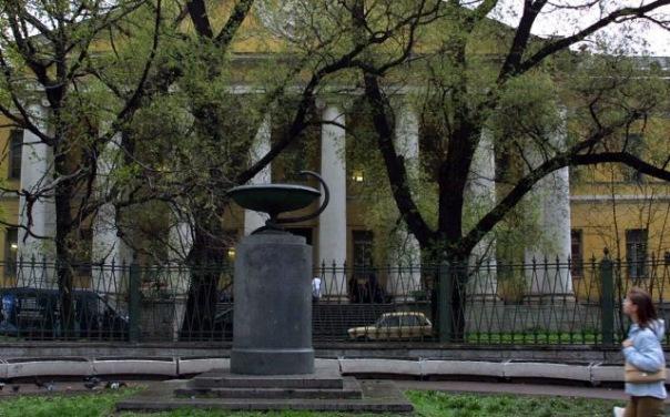 Чаша со змеёй бесследно исчезла c Литейного в Петербурге
