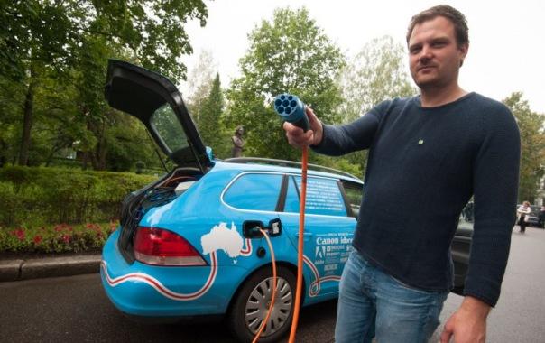 Голландец Вибе Воккер отправился в кругосветку на электромобиле и без денег
