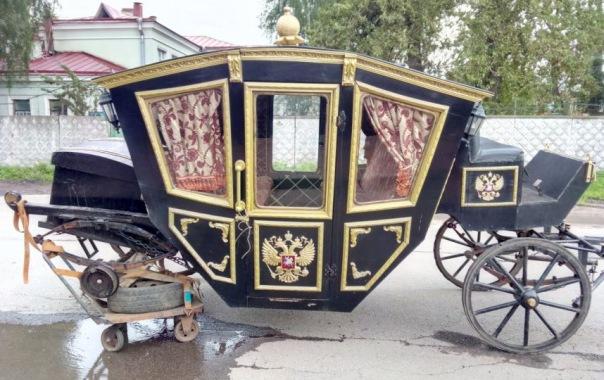 Извозчик бросил карету без колеса на Старообрядческой в Петербурге