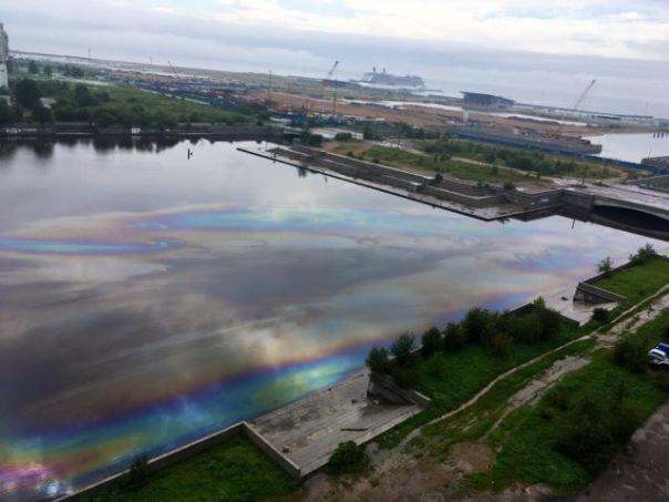 Экстренные службы ликвидируют нефтяное пятно на реке Смоленке в Петербурге