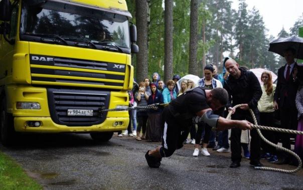 Силач протащил 10 метров фуру с ГАЗелью