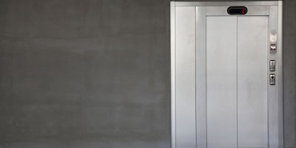 Жильцы дома на Жукова два года платили за лифт, которого никогда не было