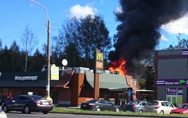 Загоревшийся в Горелово автомобиль чуть не спалил Макдональдс