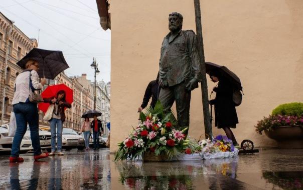 В Петербурге открыли памятник Сергею Довлатову
