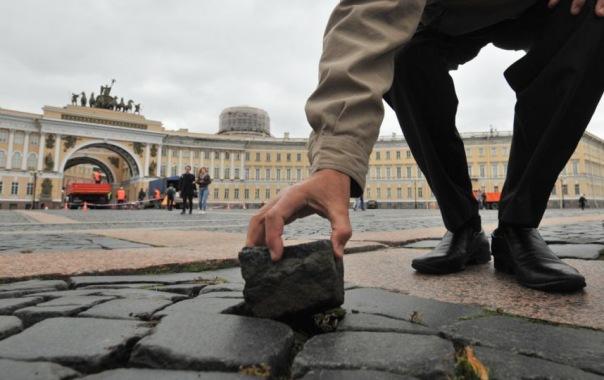 На Дворцовой начали приклеивать брусчатку, чтобы её не украли