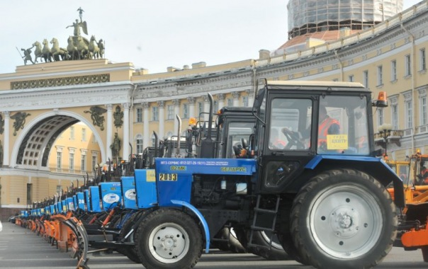 На Дворцовую площадь пригнали более 500 снегоуборочных машин