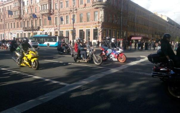 Мотоциклисты в Петербурге закрыли сезон парадом на Невском