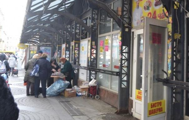 На Сенной в Петербурге, где сносят ларьки, снова торгуют с рук