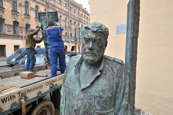 Памятник Сергею Довлатову вернули на улицу Рубинштейна в Петербурге