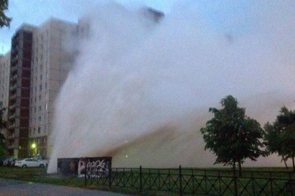 В Калининском районе бил фонтан с горячей водой
