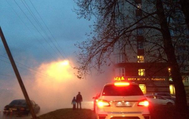 Дорогу рядом с СКК в Петербурге затопило горячей водой