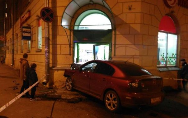 Иномарка въехала в двери супермаркета на Васильевском острове