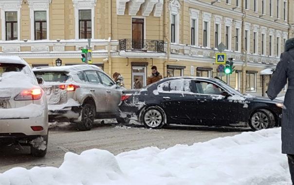 Снег в Петербурге: 175 ДТП произошло за 16 часов 8 ноября