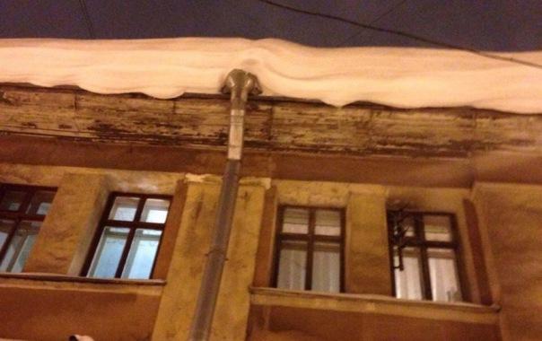 Техинспекция Петербурга предупреждает: смотрите в небо чаще - чтоб не стать жертвой сосулек Пользователи в Сети делятся фото наледи и сосулек, свисающих с домов