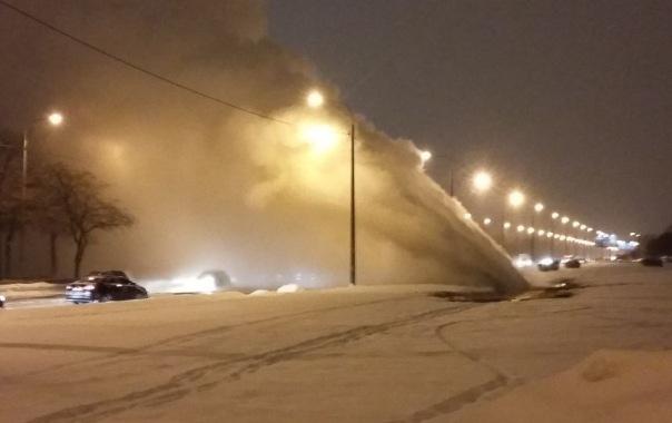 На Белградской улице в Петербурге из-за прорыва трубы бил мощный фонтан воды