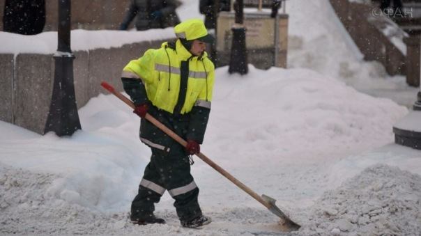 Война со снегом: дворникам Петербурга выдали сдувающее сугробы «оружие»