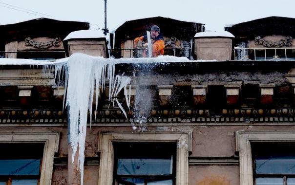 Сосульки-гиганты пугают жителей Петербурга