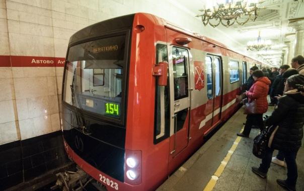Красный состав начал курсировать с пассажирами по первой линии метро Петербурга