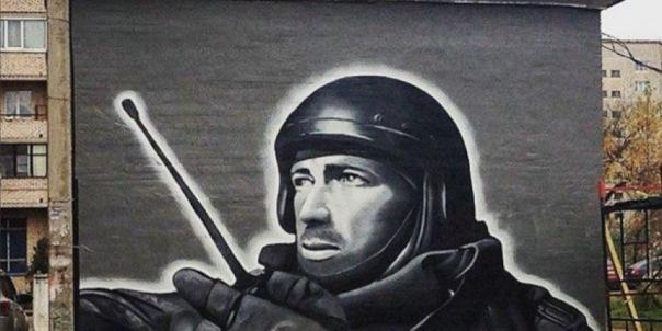 Рядом с граффити с Моторолой в Петербурге появилось изображение героя РФ Нурбагандова