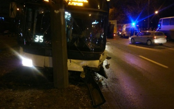BMW отправила троллейбус в столб на Белы Куна в Петербурге