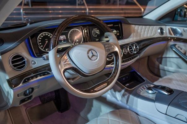 Восемь грабителей отбирали у бизнесмена ключи от Mercedes в Петербурге
