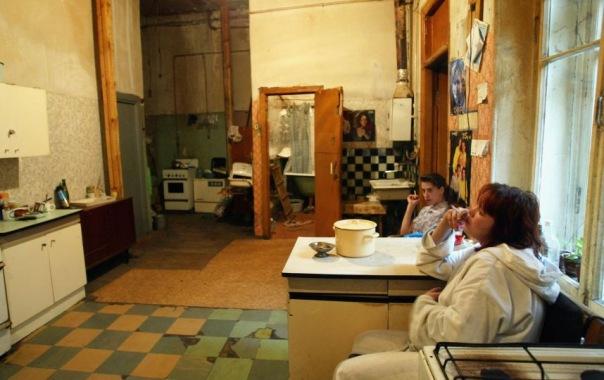 Жильцов коммуналки в Петербурге заставили убрать душевые кабины