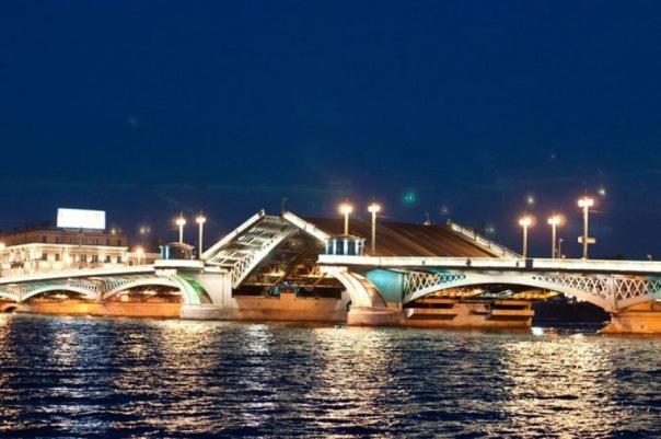 Дворцовый мост будут разводить 3 ночи подряд в Петербурге