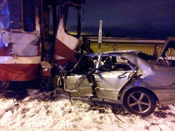 В ДТП трамвая и легковушки заживо сгорели два человека