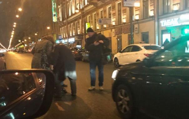 Очевидцы: пожилой водитель сбил женщину на пересечении Литейного и Невского