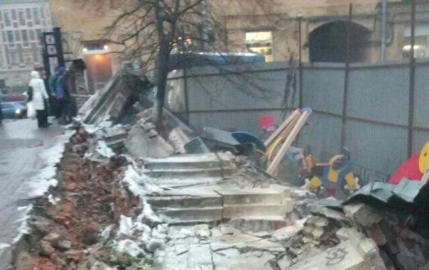 Аварийный забор рухнул на детскую площадку на набережной Фонтанки