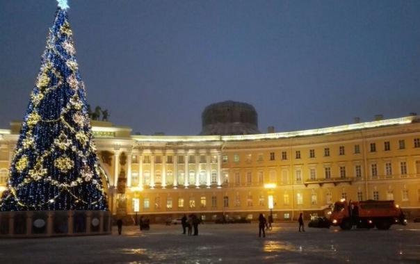 Дворцовую площадь вновь обработали гранитной крошкой