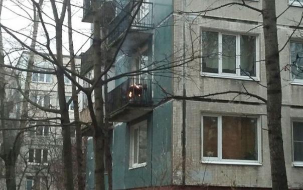 Очевидцы: из-за пиротехники загорелся балкон на Будапештской