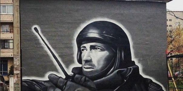 Триптих с Моторолой в Петербурге дополнили портретом Героя России, погибшего в Сирии