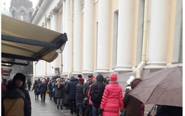 В Петербурге выстроились огромные очереди на выставку Айвазовского