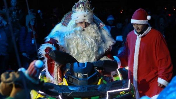 Всероссийский Дед Мороз зажег елку в Петербурге В