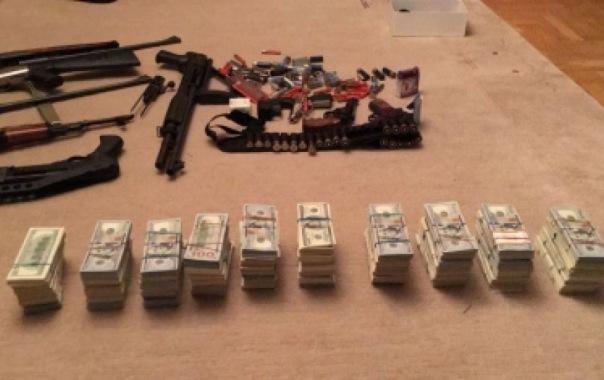 При задержании автоугонщиков в Петербурге обнаружили оружие и 760 тысяч долларов