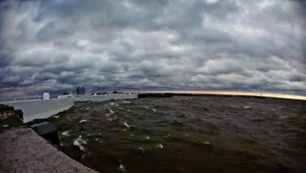В Петербурге частично закрыли затворы дамбы из-за угрозы наводнения
