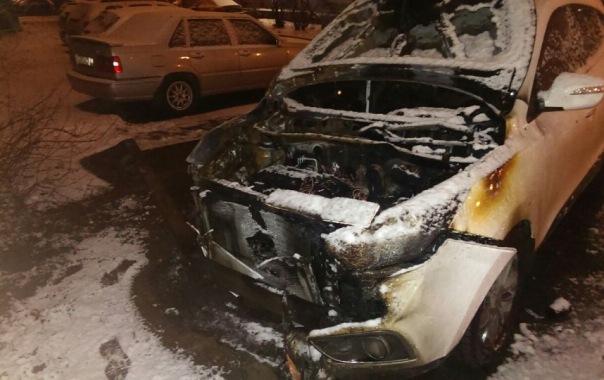 Две машины обгорели на Маршала Блюхера в Петербурге
