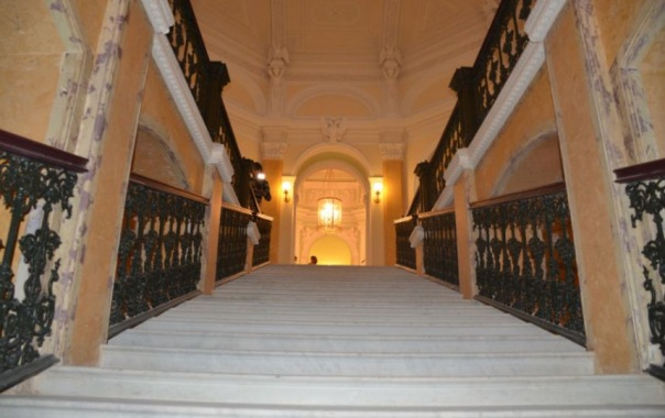 Мраморная лестница Гатчинского дворца открывается после реставрации