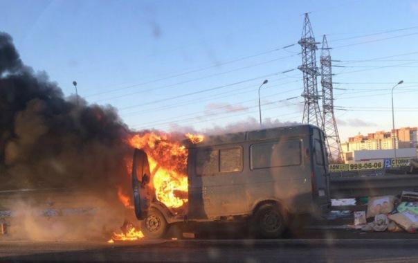 ГАЗель сгорела на КАД в Петербурге