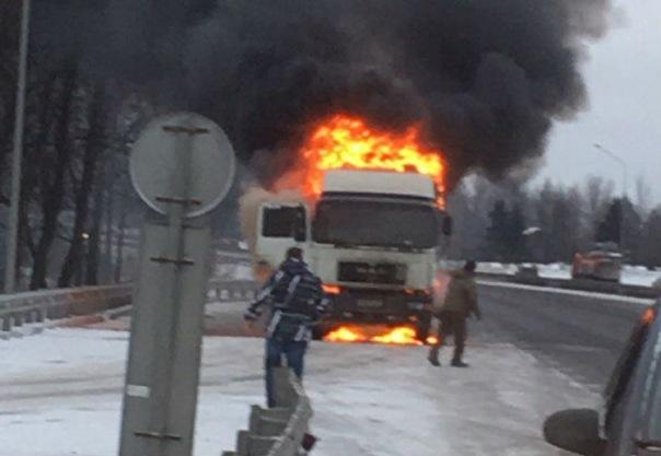 На Пулковском шоссе вспыхнул грузовик