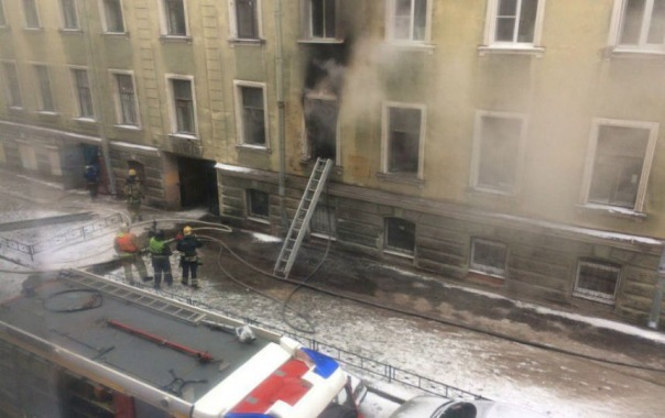 Из-за пожара на Псковской спасатели эвакуировали 15 человек, двух кошек и собаку