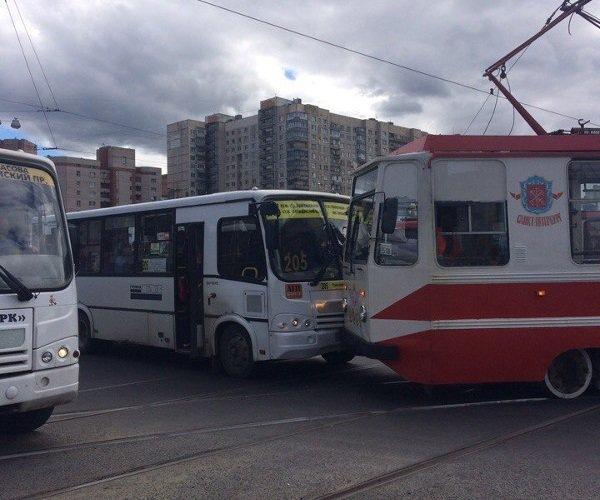В Санкт-Петербурге столкнулись трамвай и маршрутка