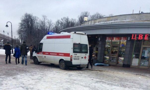 На улице рядом с Парком Победы в Петербурге умерший мужчина пролежал более 4-х часов