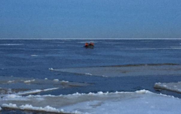 Рыбаков с треснувшей льдины на Ладожском озере спасатели доставили на берег