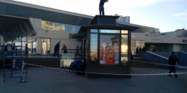Петербургские власти согласовали павильон, мешающий пешеходам пройти в метро Пионерская