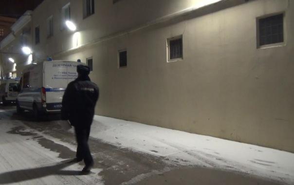 Во время обыска мужчина прыгнул в окно, убегая от полиции в Петербурге